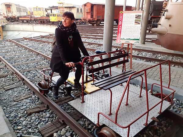 ferrovie carrellino pedali con donna che pedala