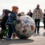 bambini giocano ocn grande palla a forma di mondo