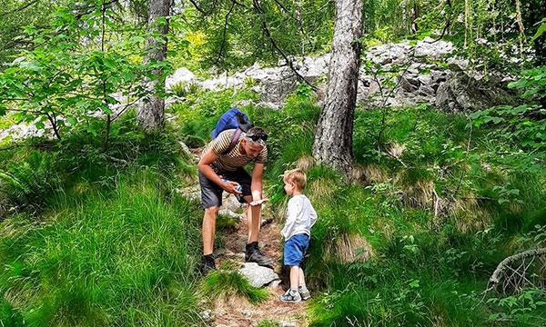 bambino e papà su sentiero di montagna