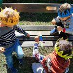 bambini con corone e spade