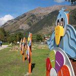 uccelli di legno colorati al Parco della Lettura di Morgex
