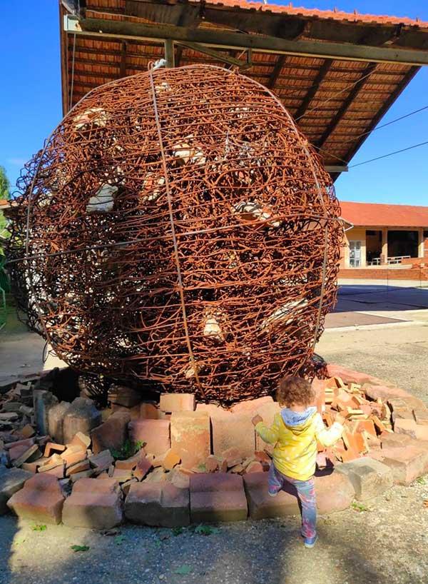 Munlab l'Ecomuseo dell'Argilla statua di argilla con bambina
