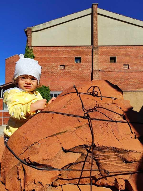 bambina con argilla