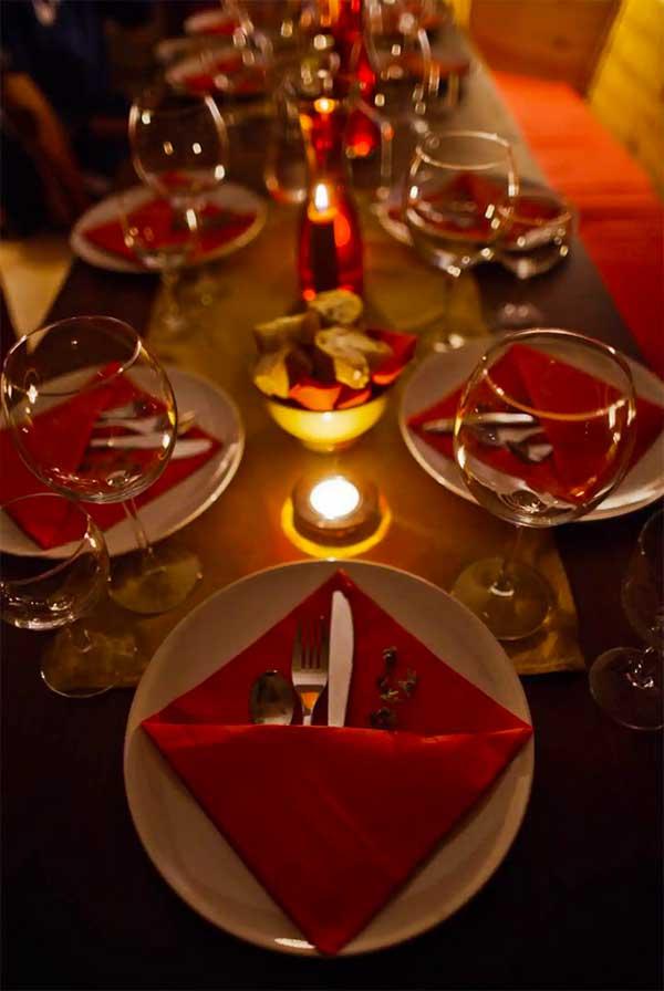tavola imbandita con candele