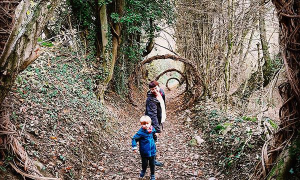 mamma e bambinoi sentiero Sarvanot
