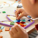 bambino fa mosaico