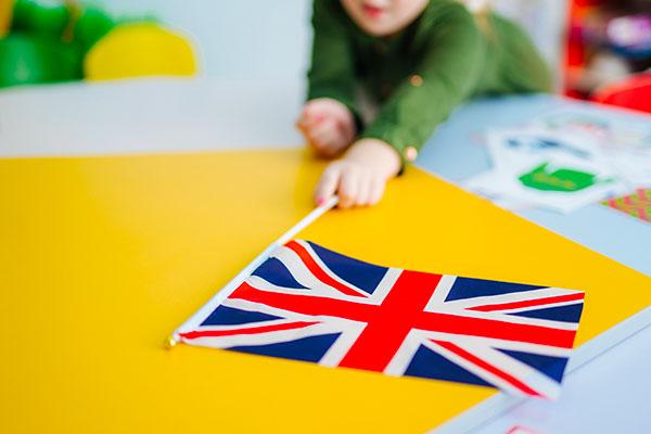 bambina mano bandiera inglese