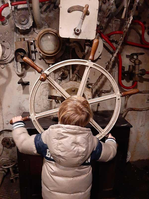 bambino in un sommergibile