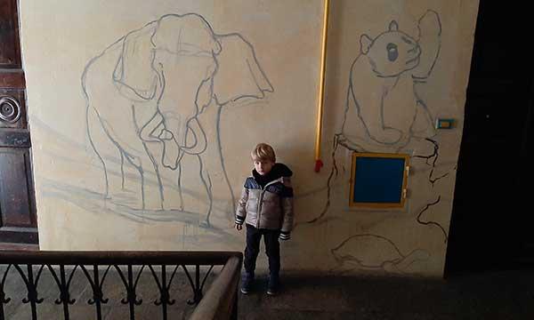 bambino nel Viadellafucina16, il condominio museo a Torino
