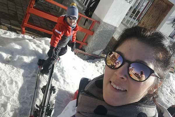 mamma e bambino sulla neve