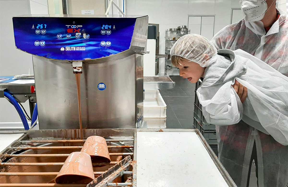 bambino in fabbrica uova di pasqua