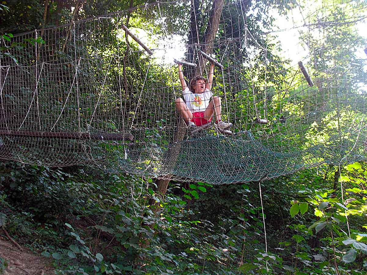 bambino in parco avventura