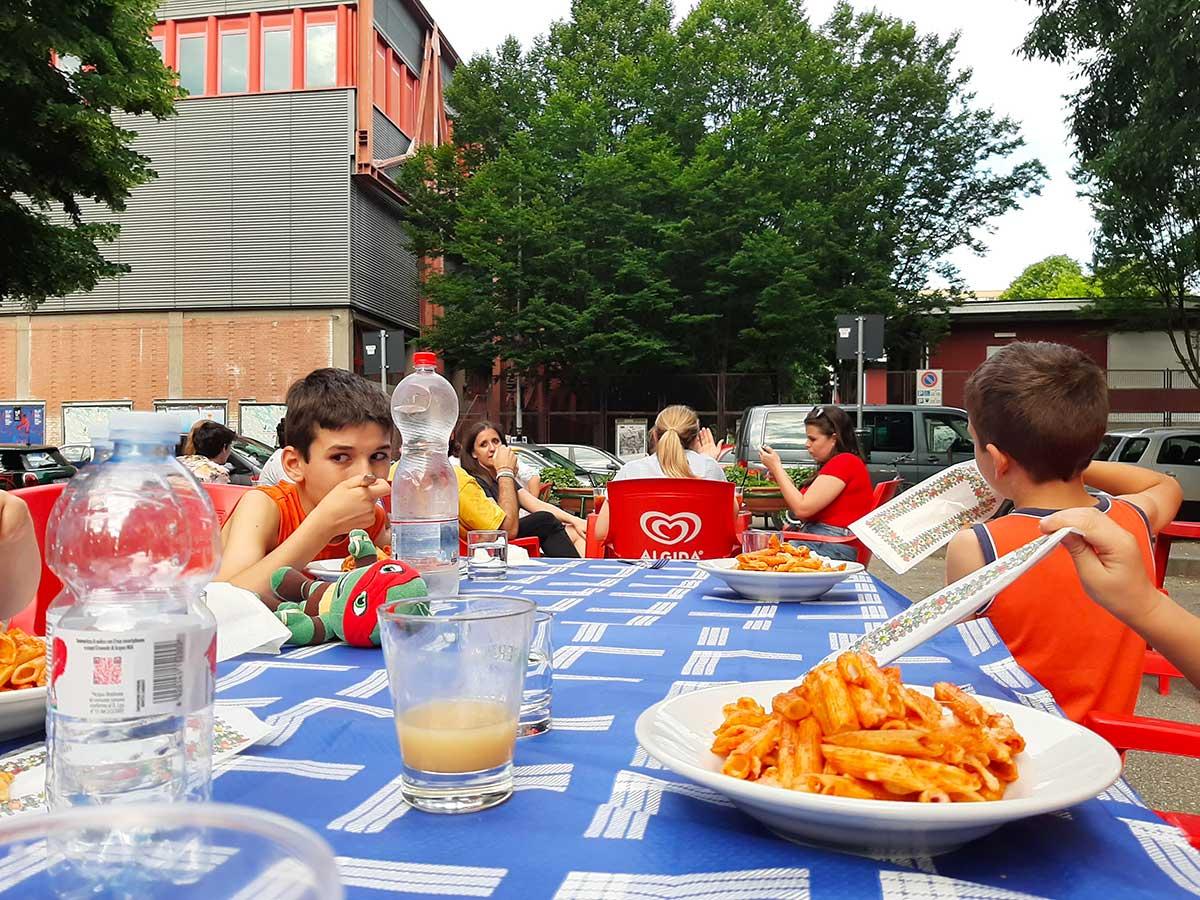 bambini a tavola ristorante all'aperto