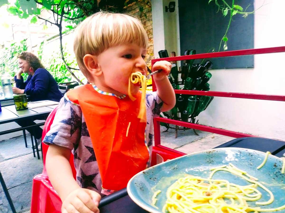 bambino che mangia gl ispaghetti