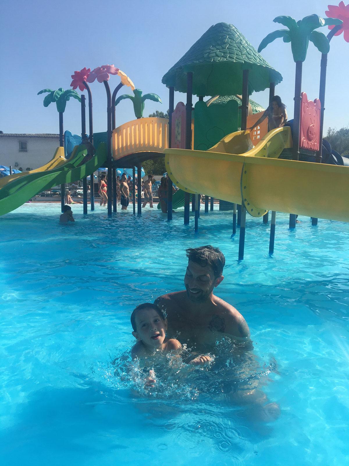 piscine basso piemonte papà e bambino