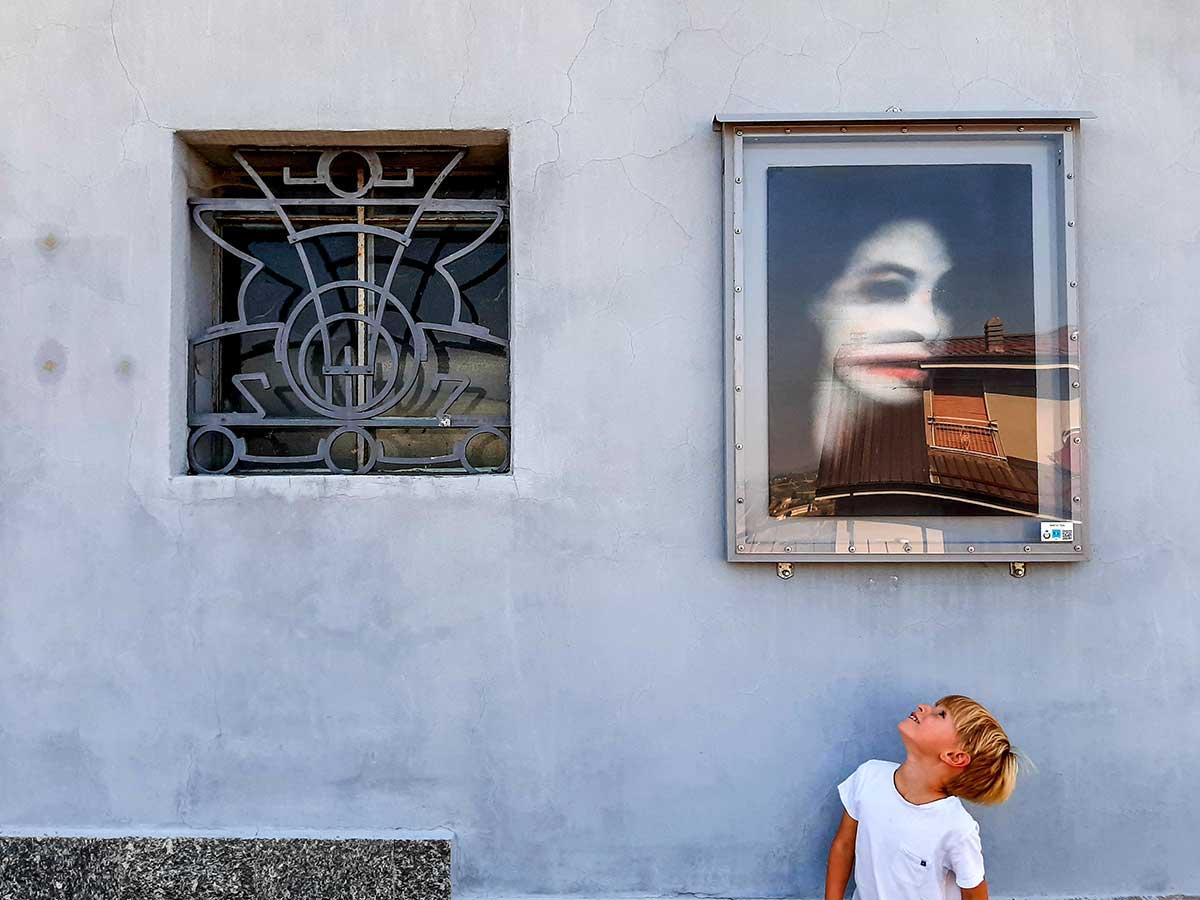 bambino guarda quadri a Camo museo cielo aperto
