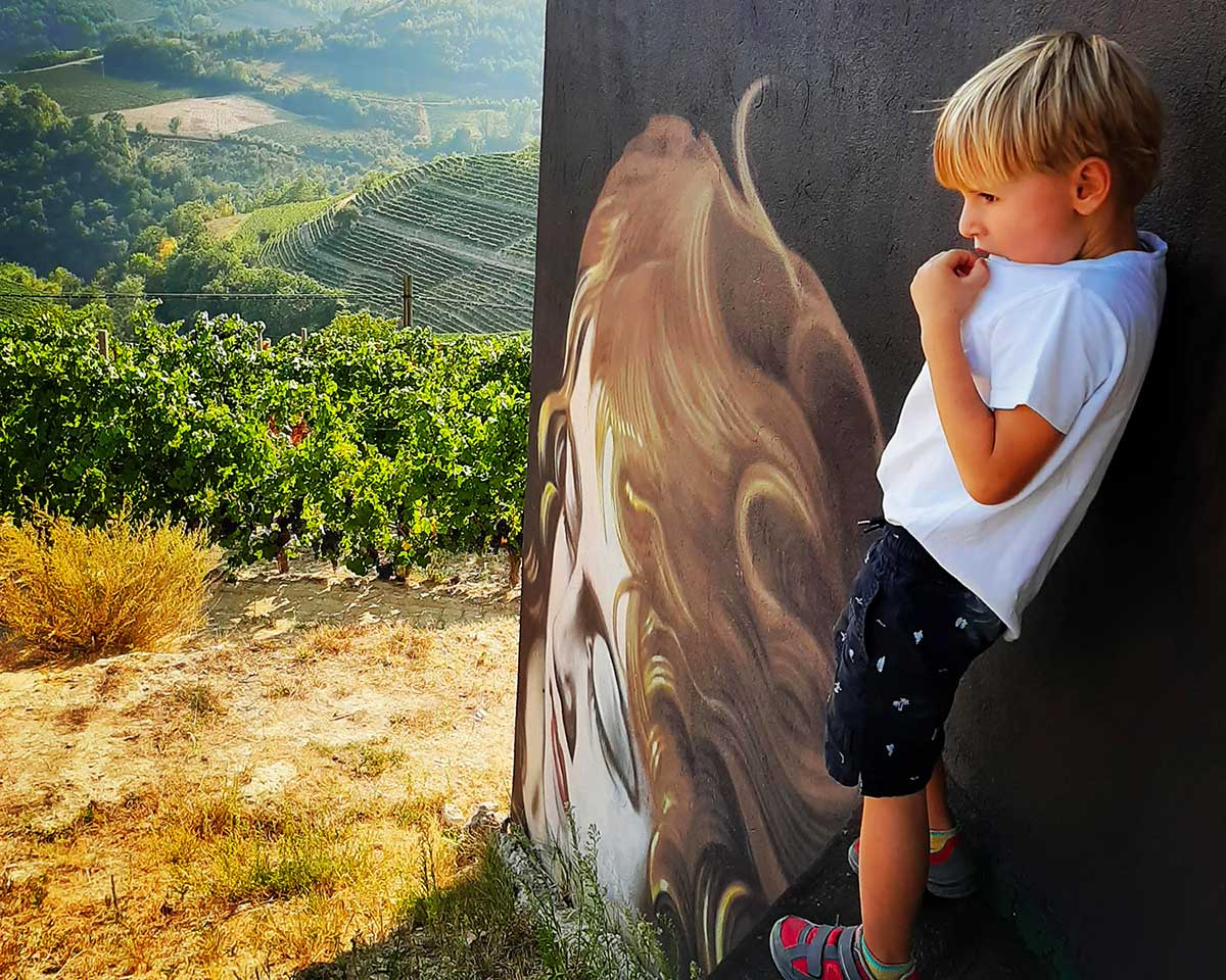 bambino biondo a Camo museo cielo aperto