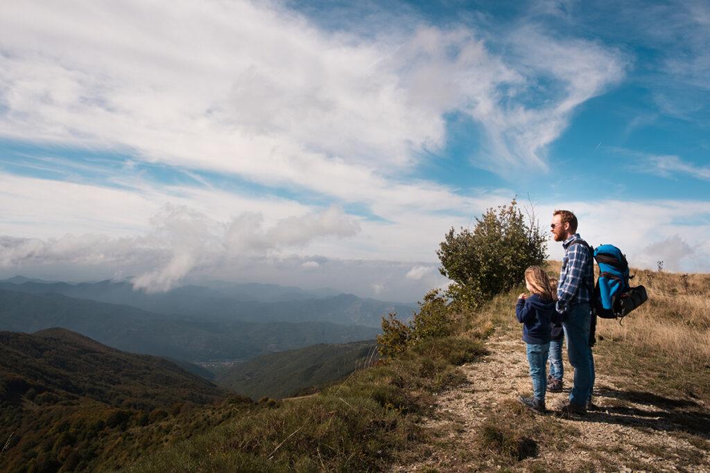 famiglia osserva il panorama sul crinale verso la Val Borbera