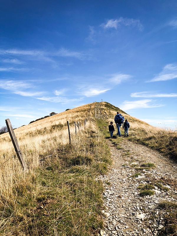 Camminata sul crinale del Monte Ebro verso la vetta