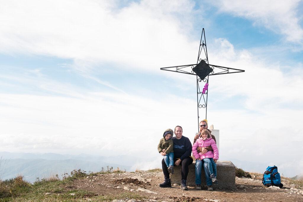 Famiglia in cima al Monte Ebro ai piedi della croce